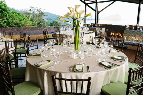 green and tan table setting, tropical wedding, calla lily arrangement, punto de vista costa rica wedding, weddings costa rica