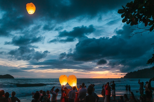 floating lanterns, floating lanterns costa rica, wedding floating lanterns, floating lanterns beach, floating lanterns sunset, punto de vista costa rica wedding, weddings costa rica
