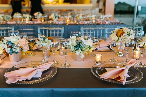 peach table arrangement, peach wedding, peach table setting, punto de vista costa rica wedding, weddings costa rica