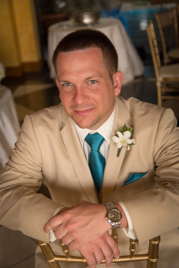 Groom, tan suit, teal tie, weddings costa rica