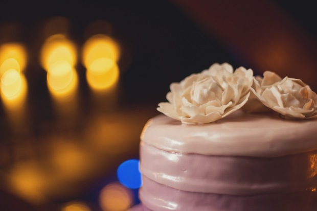 Purple wedding cake, wedding cake, purple wedding cake with white roses, tulemar, weddings costa rica