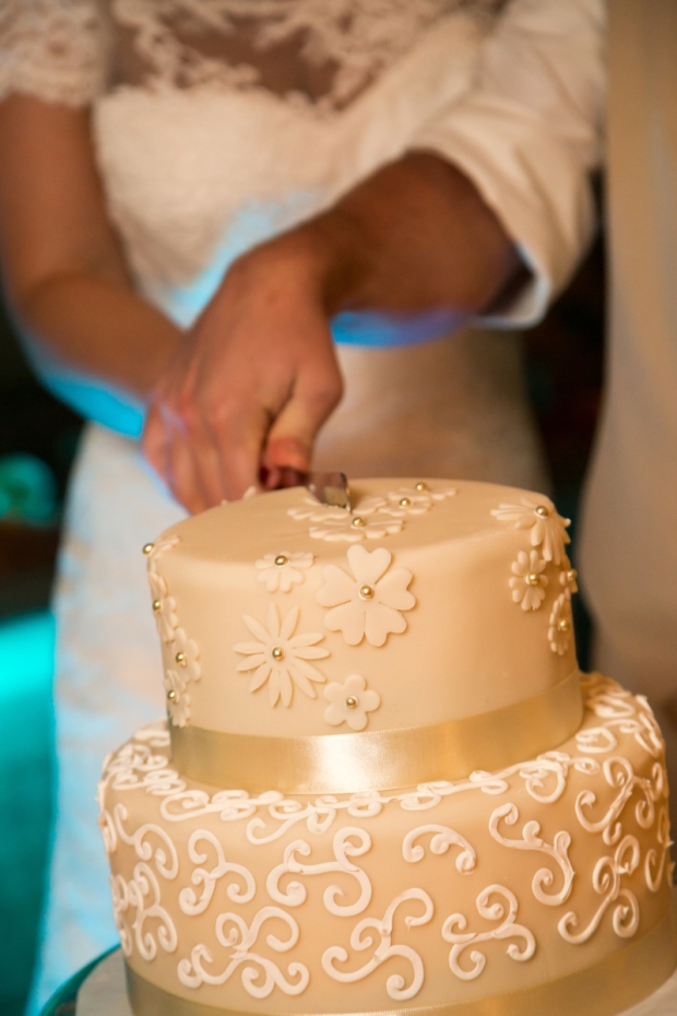 Wedding cake, cutting wedding cake, white and gold wedding cake, weddings costa rica