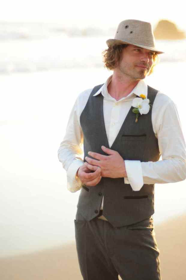 Casas de Las Brisas, groom on the beach, groom with hat, groom with boutonniere, groom with hat and boutonniere, weddings costa rica
