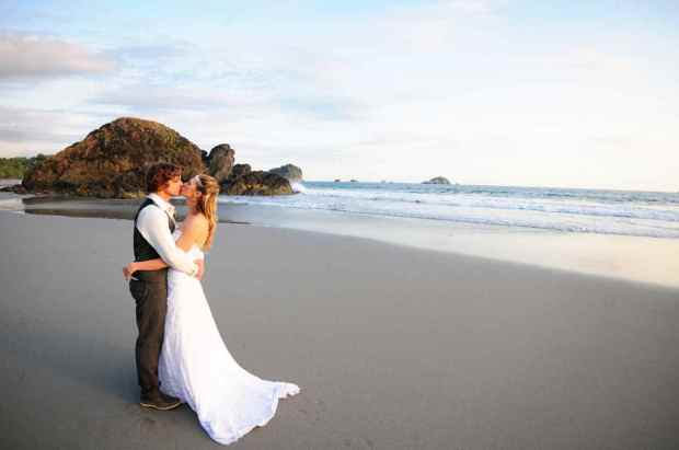 Casas de Las Brisas, newlyweds kissing, beach wedding, bride and groom on beach, weddings costa rica