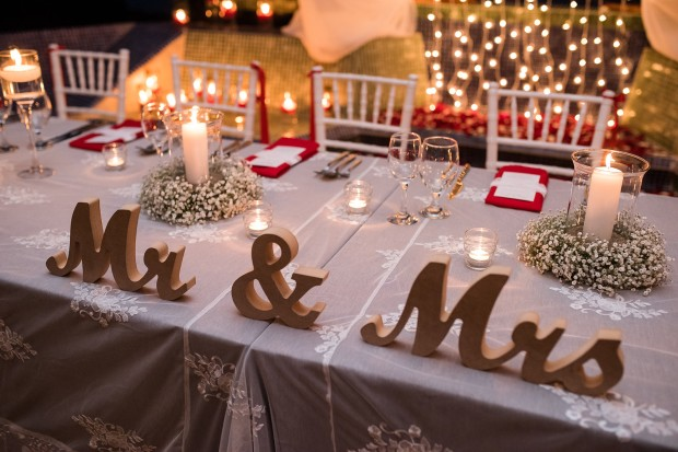 mr and mrs table sign, wedding reception, bride and groom table, red and white table decor, weddings costa rica