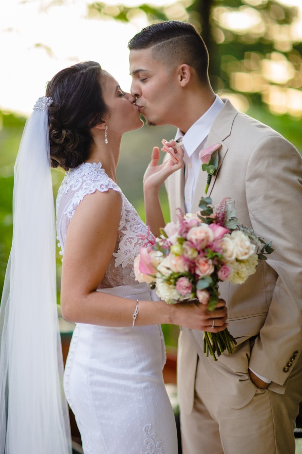 bride and groom kissing, wedding couple pastel colors, weddings costa rica
