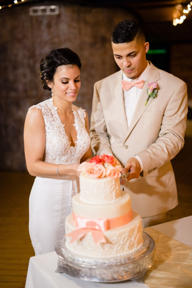 wedding couple cutting cake, bride and groom wedding cake, weddings costa rica
