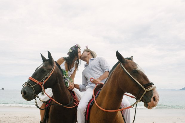 bride and groom on horseback, horseback wedding, beach wedding, wedding couple on horseback, weddings costa rica