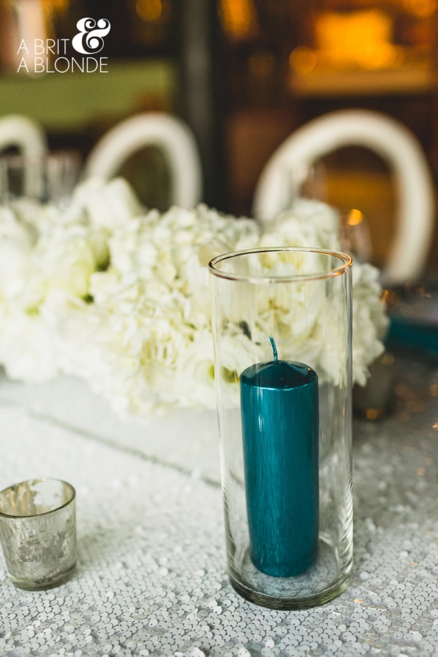 white and turquoise table decor, white flower arrangement, weddings costa rica