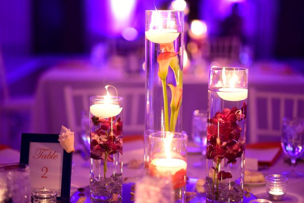 floating candles, iluminated dinner table, wedding reception decoration