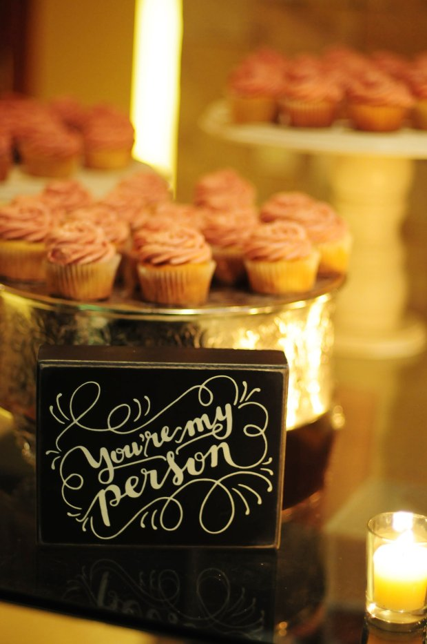 cupcakes at wedding, cute dessert display